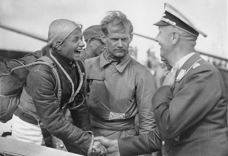 Hanna Reitsch (po lewej) w 1936 roku – Źródło: Bundesarchiv, Bild 183-W-0801-512