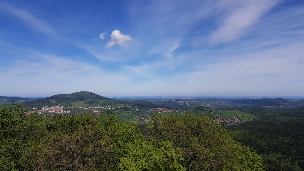 Widok na skąpane w zieleni miasta – Boguszów-Gorce i Wałbrzych