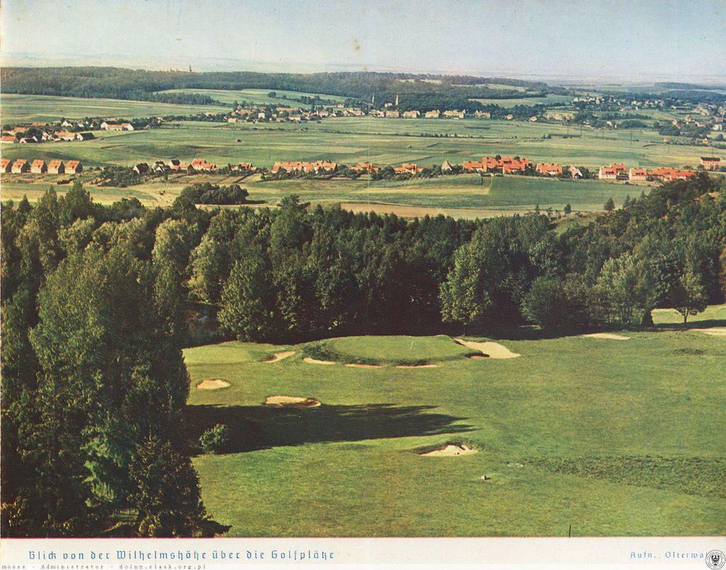 Rzut oka z wieży Belwederu na północ – ku polu golfowemu i zamkowi Książ – Źródło: polska-org.pl