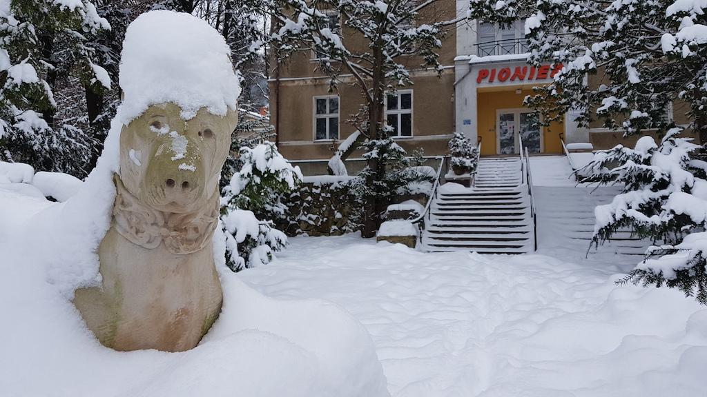 Kopia rzeźby zdobiącej niegdyś wejście do gospody. Oryginał wrócił do brzeskiego zamku