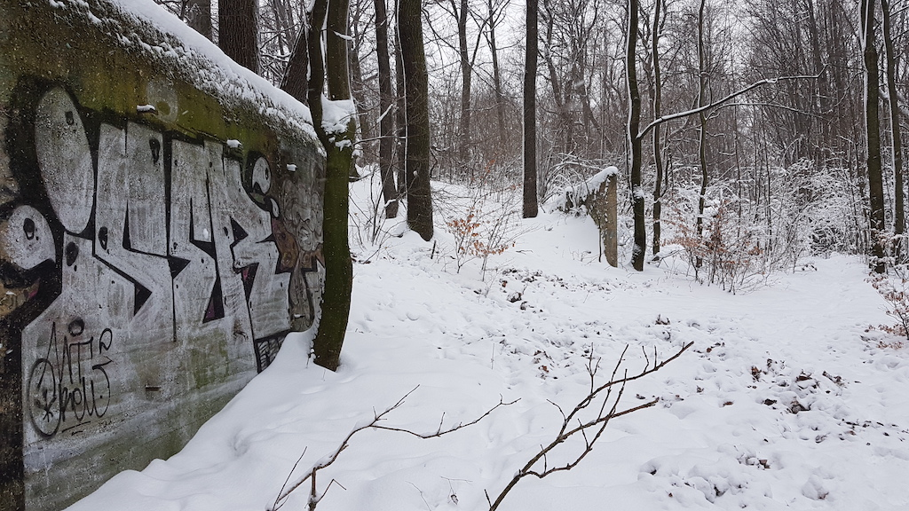 Ozdobione graffiti betonowe ściany to pozostałości strzelnicy