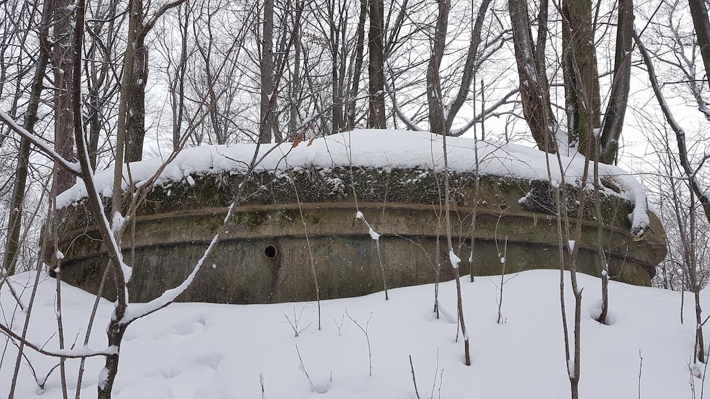 Dostępu do wnętrza zbiornika strzeże ciężka betonowa pokrywa