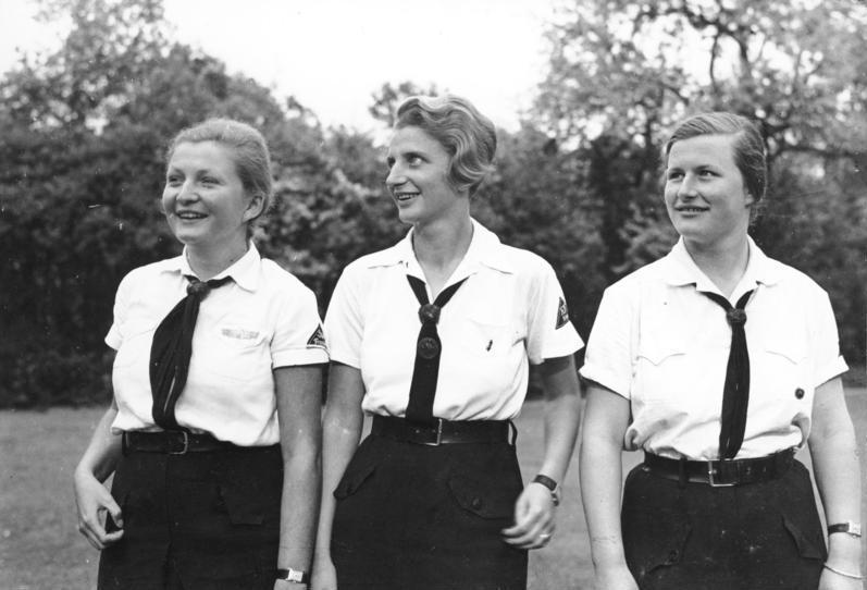 Członkinie Bund Deutscher Mädel, czyli Związku Niemieckich Dziewcząt. Kilkunastoletnie dziewczęta zrzeszone w nazistowskiej młodzieżówce były doskonałym materiałem na matki. Organizowane przez Lebensborn obozy młodzieżowe miały zapobiec zmarnowaniu się takiego potencjału... – Źródło: Bundesarchiv