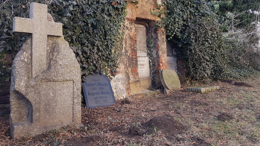 Nieliczne pozostałości niemieckich grobów, które przetrwały do dziś, zgromadzono w tym jednym zakątku nekropolii