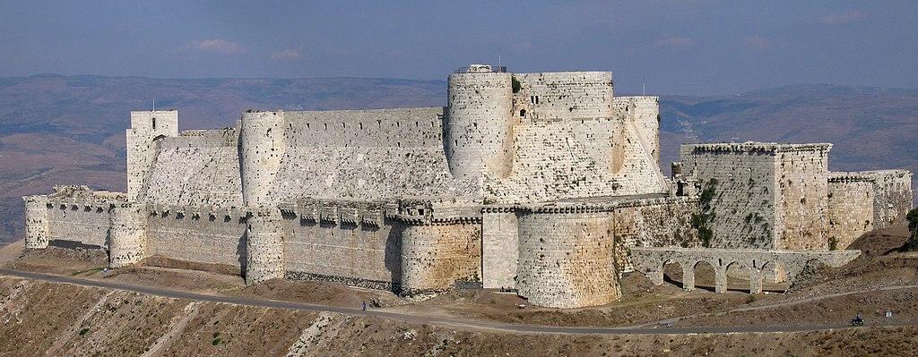 Monumentalna twierdza Krak des Chevaliers w Syrii – dawna siedziba joannitów – Foto: Xvlun Źródło: wikimedia.org