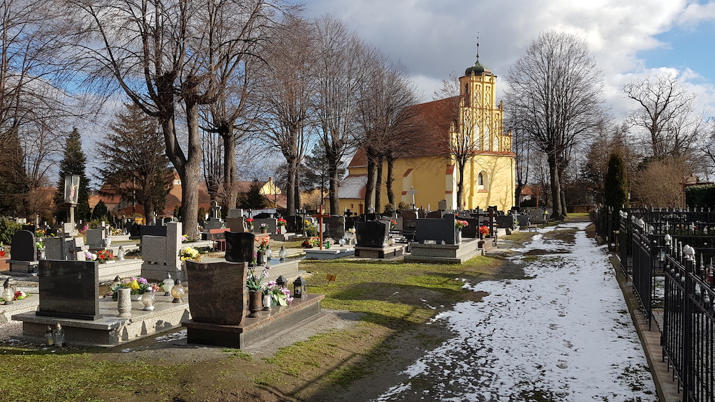 Po jednej ze stron dzielącej Mokrzeszów na pół drogi krajowej znajduje się cmentarz, gdzie do dziś mieszkańcy wioski chowają zmarłych. To tutaj, na terenie przylegającej do kościoła pw. św. Jadwigi nekropolii, Harald Schroedter przeprowadził badania wykopaliskowe.