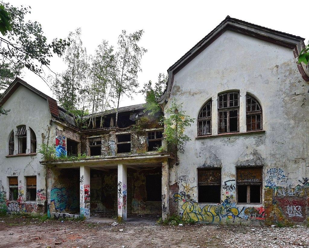 Otwock. Jeden z budynków utworzonego w 1943 roku ośrodka o nazwie Lebensborn Ostland – Foto: Adrian Grycuk Źródło: wikimedia.org
