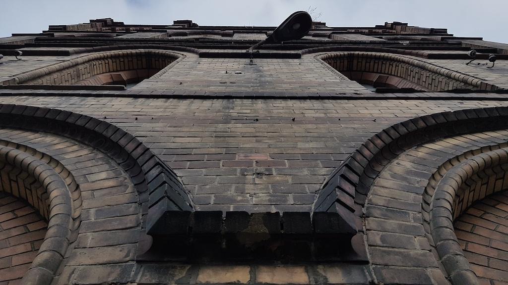 Powojenna historia mokrzeszowskiego szpitala obfituje w zakręty tak ostre, jak neogotyckie łuki licznie zdobiące jego elewację...