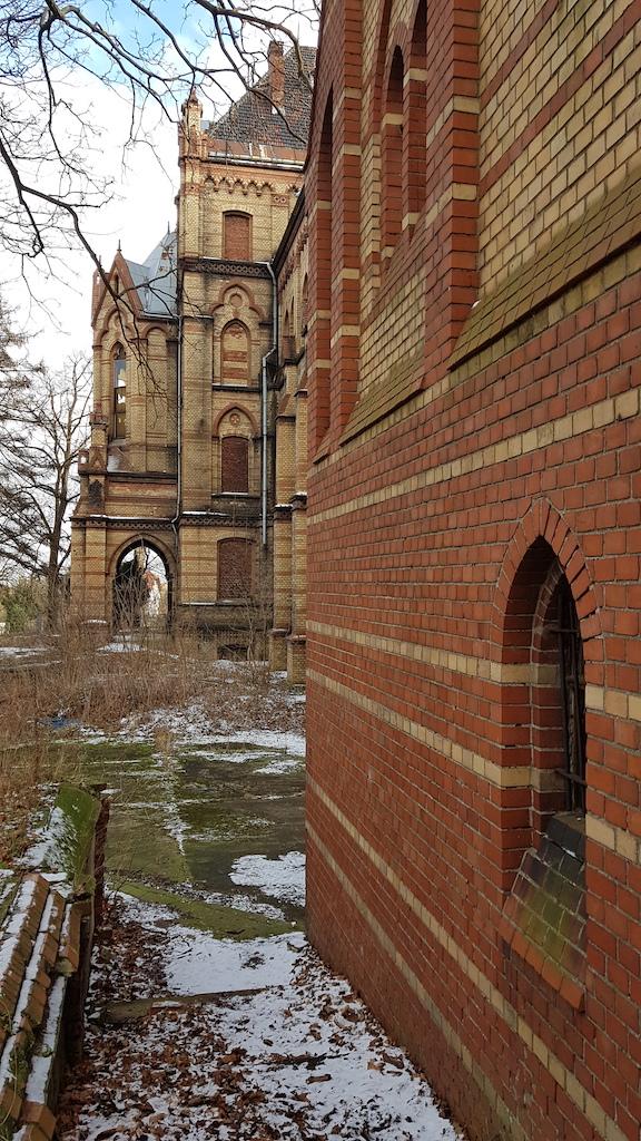 Kaplica – każdy szanujący się szpital posiada takową, a już szczególnie prowadzony przez zakonników. Dom modlitwy mokrzeszowskiego szpitala mieści się wewnątrz imponującego ryzalitu – tam też zajrzymy, cierpliwości.