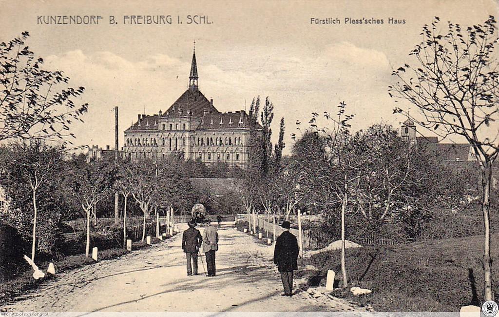 Potężny gmach szpitala, kościół i spacerowicze – pacjenci szpitala? I tym razem pocztówka zawiera wskazówki dot. związku potężnych Hochbergów z mokrzeszowską placówką – podpis Fürstlich Pless'sches Haus, czyli Dom Książąt Pszczyńskich, może wskazywać na działalność dobroczynną właścicieli zamku Książ, którzy z początkiem XX wieku nabyli prawa do majątków ziemskich we wsi Kunzendorf (Mokrzeszów). Przekazywanie darowizn pieniężnych ośrodkom takim jak szpitale, domy sierot itp., było w owym czasie popularnym wśród arystokratów działaniem – niewykluczone, że książęta von Pless finansowo wspomagali joannitów, ci zaś, w ramach wdzięczności, symbolicznie nadali szpitalowi imię darczyńców.