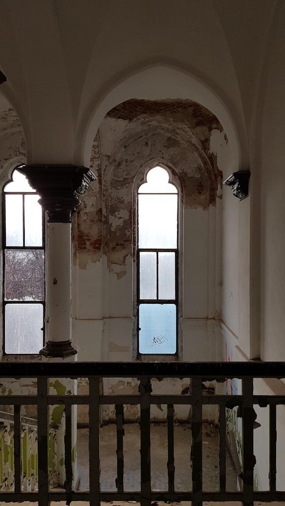 …i wieńcząca jej szczyt balustrada