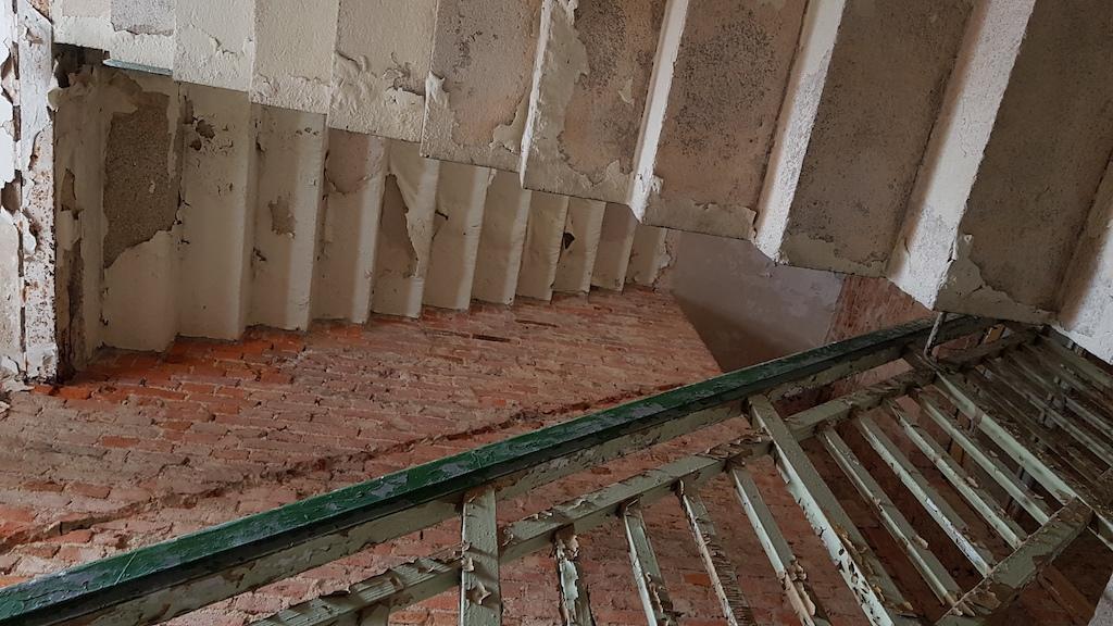 Tak jak przyszłość mokrzeszowskiej perełki jest zagadką, tak też sfotografowane schody mogą przysporzyć mózgowi obserwatora niemałych problemów – obiektyw aparatu skierowany był zgodnie z kierunkiem działania grawitacji, czy wręcz przeciwnie?