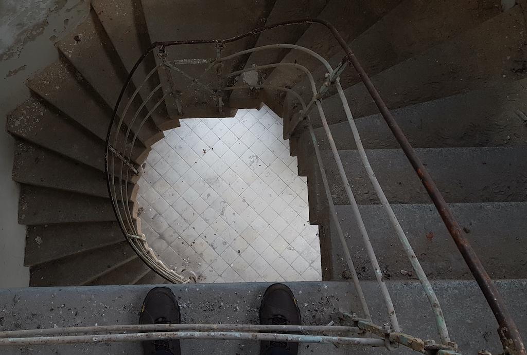 Zrobienie dla Was tylu zdjęć schodów wymaga poświęcenia – pozwólcie, że skorzystam z prawa do chwili odpoczynku i bezproduktywnie powpatruję się w posadzkę