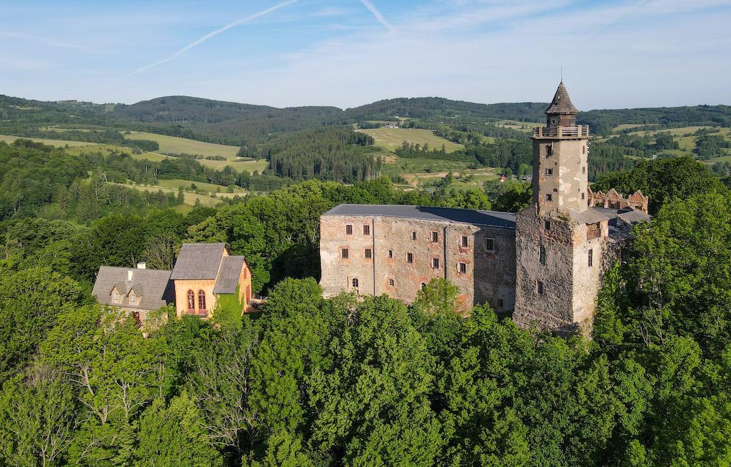 Zamek Grodno w Zagórzu Śląskim, w tle Góry Wałbrzyskie