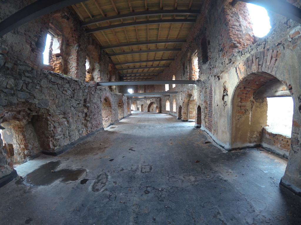 Pozostałości średniowiecznej sali rycerskiej w Zamku Grodno, sala zajmowała dwie kondygnacje II i III piętra zamku górnego