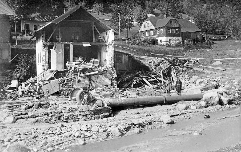 Desná, jeden ze zniszczonych budynków