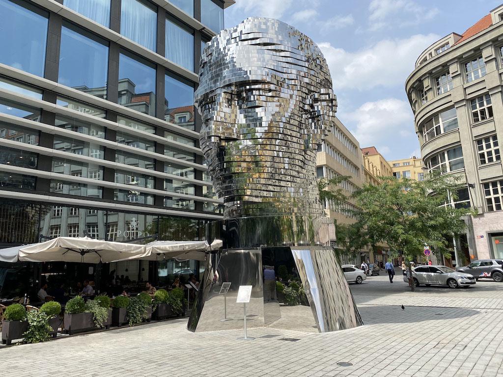 Obrotowa głowa Franza Kafki– Instalacje i rzeźby Davida Černego należą do intrygujących atrakcji w Pradze