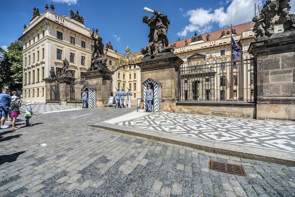 Zamek na Hradczanach to nie tylko popularna atrakcja w Pradze, ale również siedziba prezydenta Republiki Czeskiej