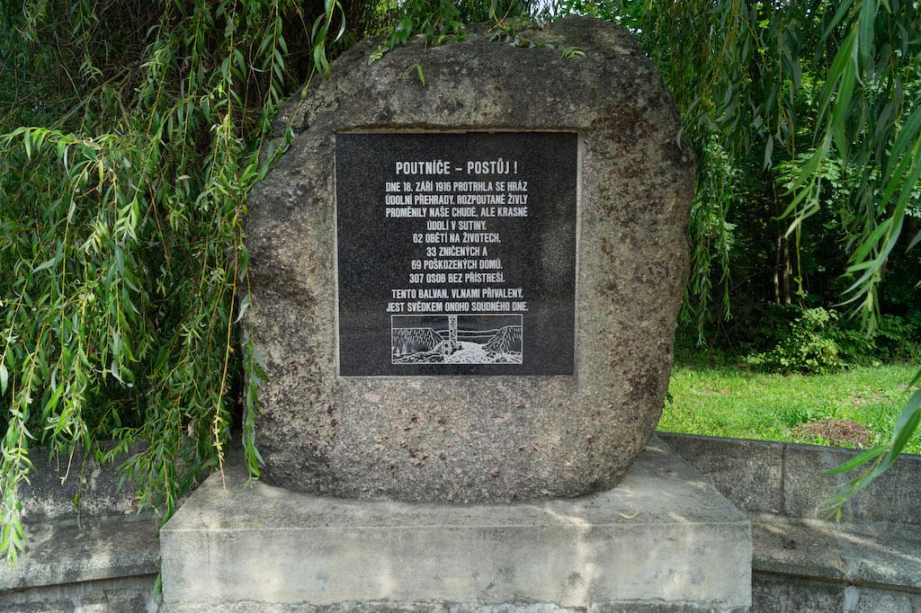 W niżej położonej miejscowości Desná znajduje się głaz przyniesiony przez falę, na którym zamontowano pamiątkową tablicę