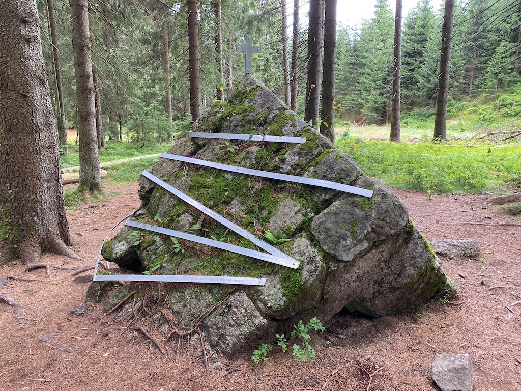 W pobliżu znajduje się oderwany fragment konstrukcji zapory, na którym umieszczono metalowe wstęgi z nazwiskami ofiar