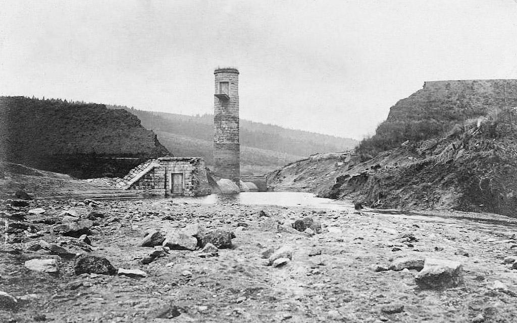 Przerwany korpus zapory, przez który przelała się woda ze zbiornika