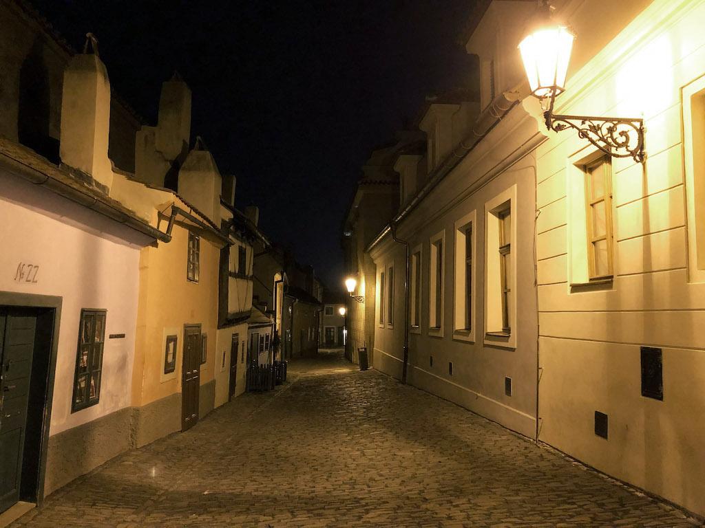 Złota Uliczka wieczorową porą to jedna z darmowych atrakcji w Pradze